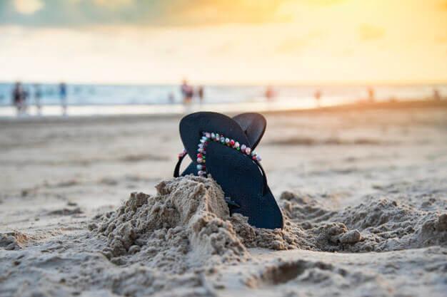 Chanclas en la playa