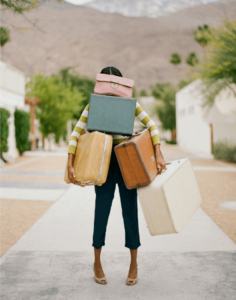 Mujer cargando con maletas