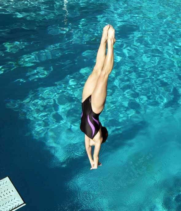Mujer saltando al agua