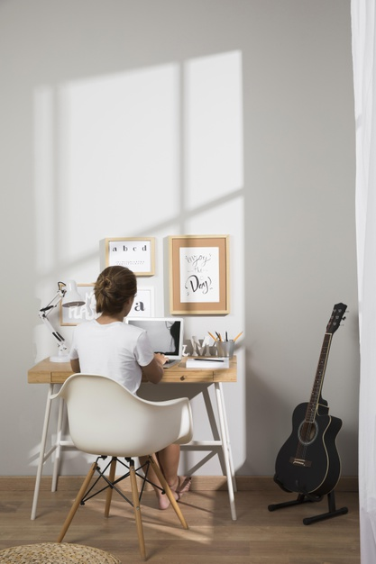 individuo-trabajando-casa-computadora-portatil_23-2148592329